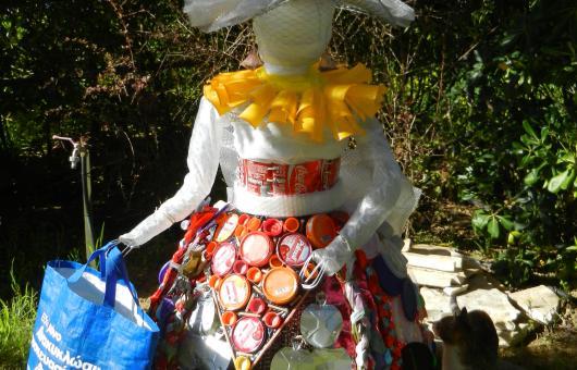 Διακοσμητική κούκλα από ανακυκλώσιμα υλικά